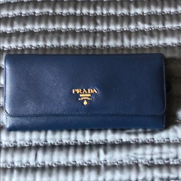 5a63b2f494d2 Prada Saffiano Two Tone Wallet. M 5b5cba031b32943e300b57f4